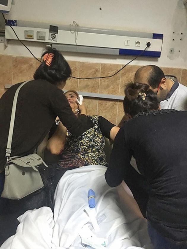 Familieleden bij een gewonde.  (afp)