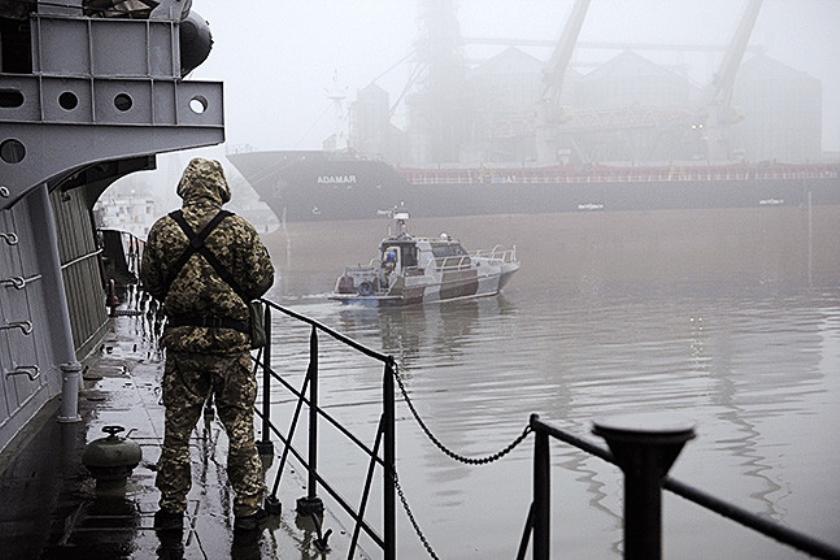 Oekraïens marineschip nabij de havenstad Marioepol.  (afp)