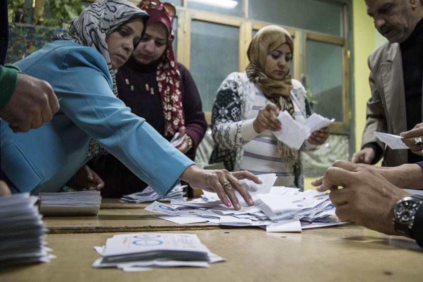 In een stembureau in de Egyptische hoofdstad Caïro worden de stemmen geteld van het driedaagse referendum, dat zaterdag begon.  (epa / Mohamed Hossam)