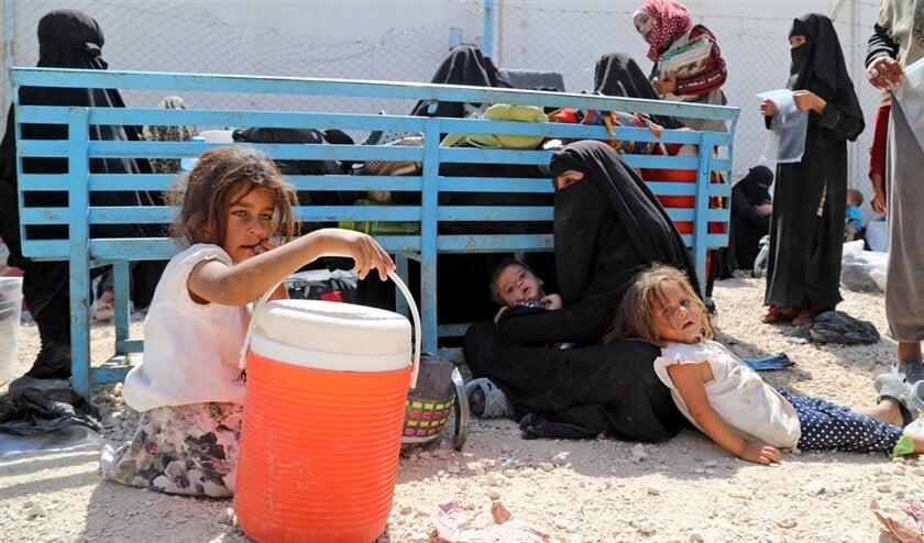 Een vrouw van de ISIS-strijder wacht met haar kinderen op haar deportatie uit het kamp Al Hol, in het noordoosten van Syrië. De leefomstandigheden in het overvolle kamp zijn volgens de VN 'verschrikkelijk'.  (epa / Ahmed Mardnli)