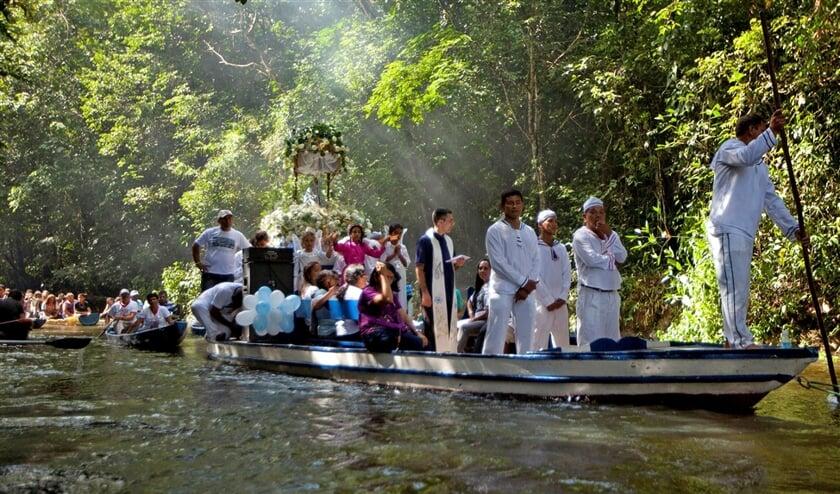 Rooms-katholieke pelgrims in een processie per boot ter gelegenheid van het jaarlijkse feest van Maria's onbevlekte ontvangenis. Ze varen over de rivier de Caraparu in de Braziliaanse Amazone.  (reuters / Paulo Santos)