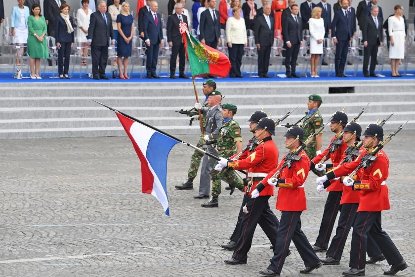 Portugese en Nederlandse soldaten liepen op 14 juli, de Franse nationale feestdag, mee in de militaire parade in Parijs.  (afp / Alain Jocard)