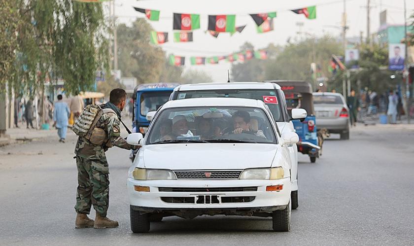 Afghaanse veiligheidsagenten controleren auto's tijdens aanvallen op Kunduz.  (epa)