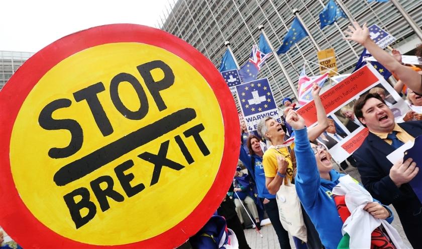 Bij de Europese Commissie, in Brussel, werd woensdag gedemonstreerd door voor- en tegenstanders van de brexit. Met het naderen van 31 oktober lopen de spanningen op. Ondernemers zien weinig in het laatste Britse voorstel.  (epa / Stephanie Lecocq)
