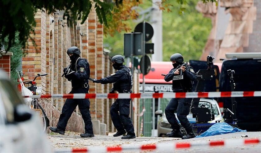 Politieagenten bij de synagoge in Halle.  (reuters / Hannibal Hanschke)