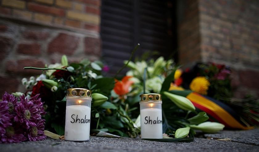 Kaarsen en bloemen bij een provisorisch gedenkteken voor de synagoge in Halle, waar woensdag twee mensen werden doodgeschoten.  (afp / Ronny Hartmann)