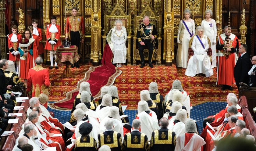 Koningin Elizabeth spreekt haar 67e Queen's Speech uit in the House of Lords, met naast haar haar zoon prins Charles.  (afp / Paul Edwards)