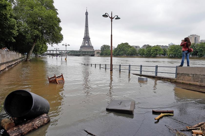 De kades langs de Seine, de rivier die door de Franse hoofdstad stroomt, zijn ondergelopen in de natste maand die Parijs sinds 118 jaar heeft meegemaakt.  (ap / Francois Mori)