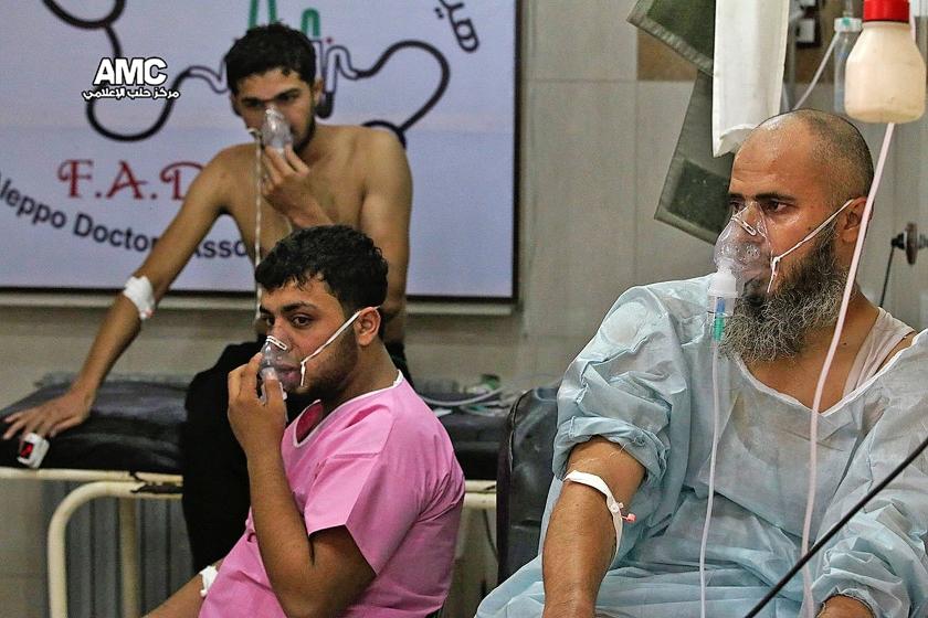 Op door rebellen verspreide foto's is te zien hoe inwoners van Aleppo in het ziekenhuis zuurstof toegediend krijgen. Volgens reddingswerkers hadden zeker honderd mensen ademhalingsproblemen na een aanval met chloorgas.  (ap)