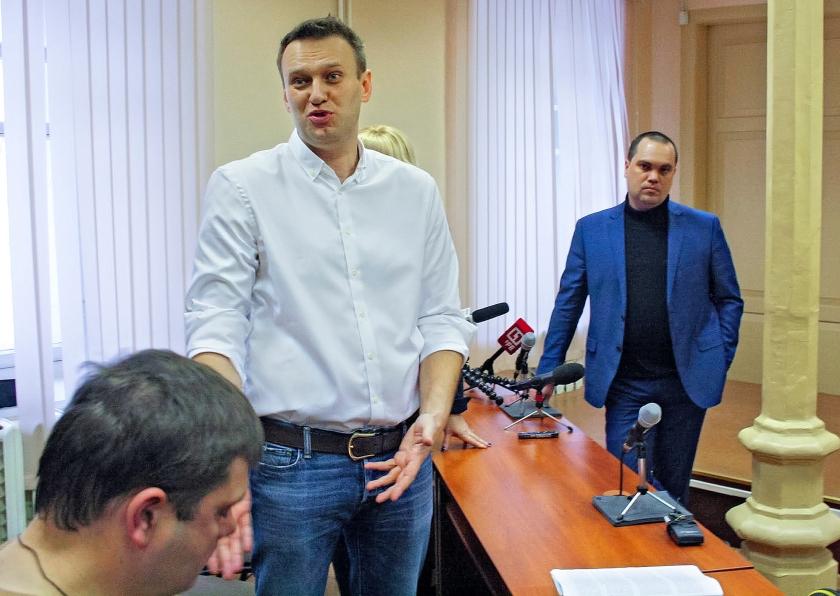 De Russische oppositieleider Alexej Navalny reageert tegen de pers op het vonnis dat hij net daarvoor te horen kreeg. Daarmee is hij uitgesloten voor de presidentsverkiezingen in maart 2018. 'Ik erken dit vonnis niet', aldus Navalny.  (ap / Sergei Shistarev)