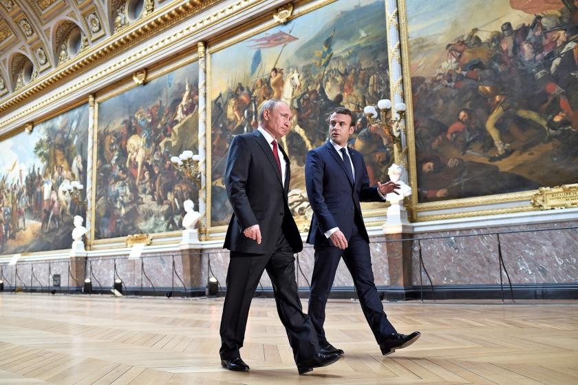 De Franse president Emmanuel Macron (r.) en zijn Russische ambtgenoot Vladimir Putin lopen door de Galerie des Batailles in het Paleis van Versailles.  (ap / Stephane de Sakutin)