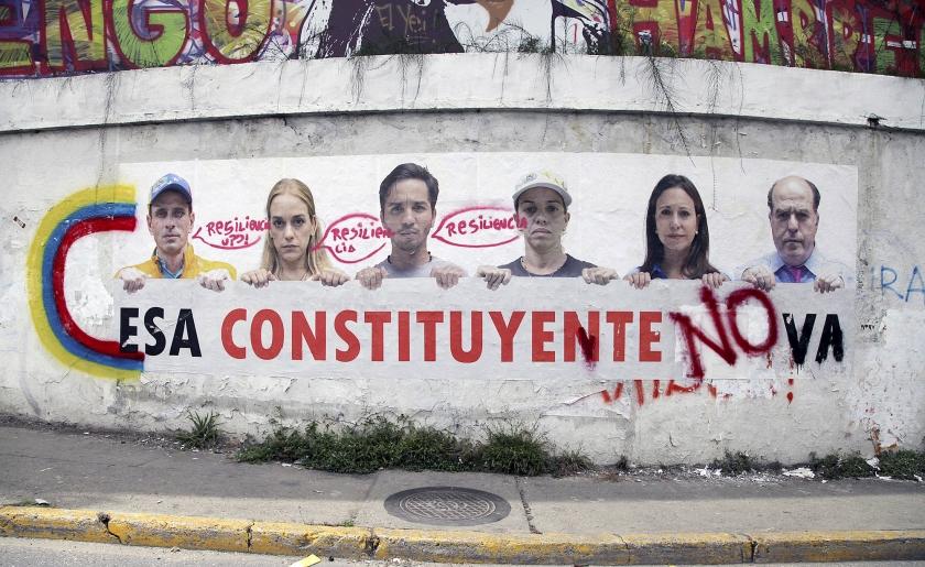 Op een poster maken Venezolaanse oppositieleiders duidelijk dat ze tegen de door president Maduro gewenste grondwetgevende vergadering zijn.  (ap / Wil Riera)