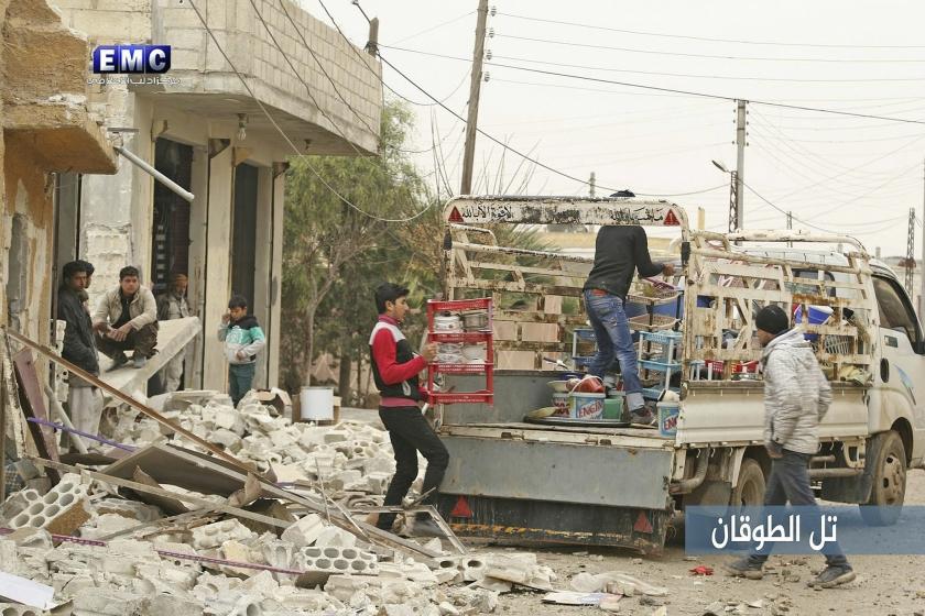 Inwoners van Idlib maken zich gereed voor vertrek. Volgens de VN zijn in Idlib sinds 1 december al bijna 100.000 mensen op de vlucht geslagen.  (ap)