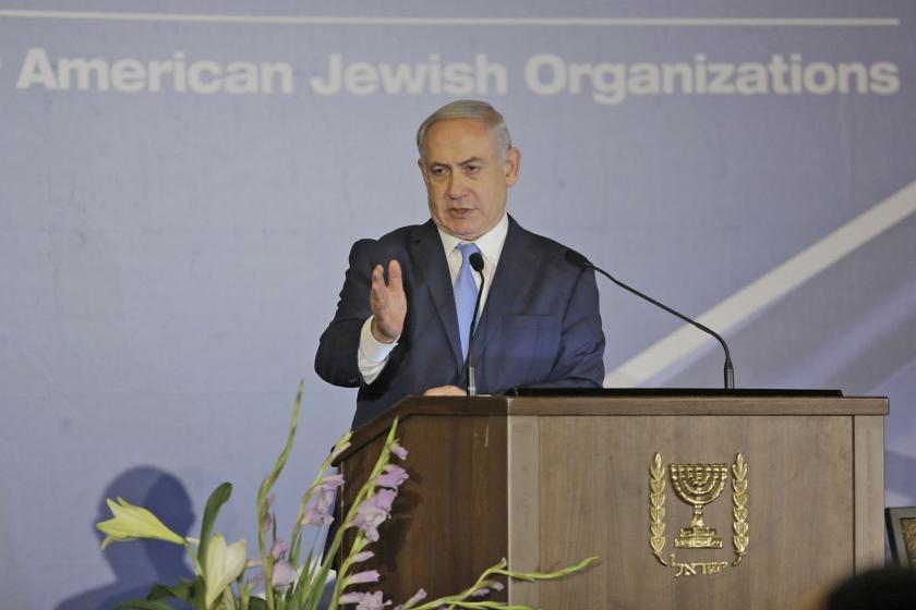 De Israëlische premier Benjamin Netanyahu wordt beschuldigd van corruptie. Desondanks blijft zijn partij, Likud, het in de peilingen goed doen.  (ap / Sebastian Scheiner)