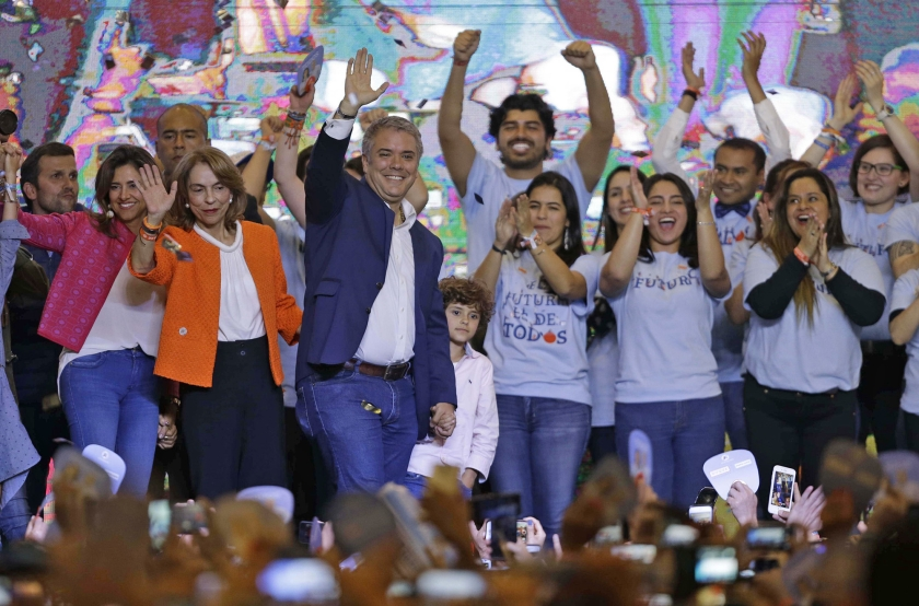 Iván Duque viert zijn verkiezingsoverwinning zondag in Bogota, de hoofdstad van Colombia.  (ap / Fernando Vergara)