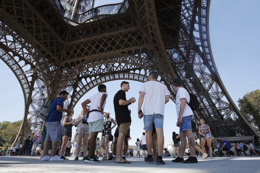Toeristen mogen tijdens de staking wel gratis de Eiffeltoren in, maar ze moeten beneden blijven.  (ap / Michel Euler)