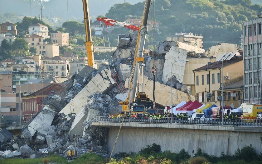 Nog steeds wordt onder het puin van de Morandi-rampbrug in Genua gezocht naar slachtoffers. De vrees is groot dat het dodental, nu al 39, verder zal oplopen. Door instortingsgevaar is het reddingswerk gedeeltelijk stopgezet.  (ap / Luca Zennaro)