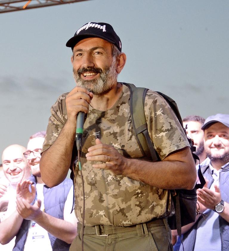 Nikol Pasjinjan, nog in zijn oude plunje van oppositieleider, spreekt op 2 mei aanhangers toe in Jerevan.  (ap)
