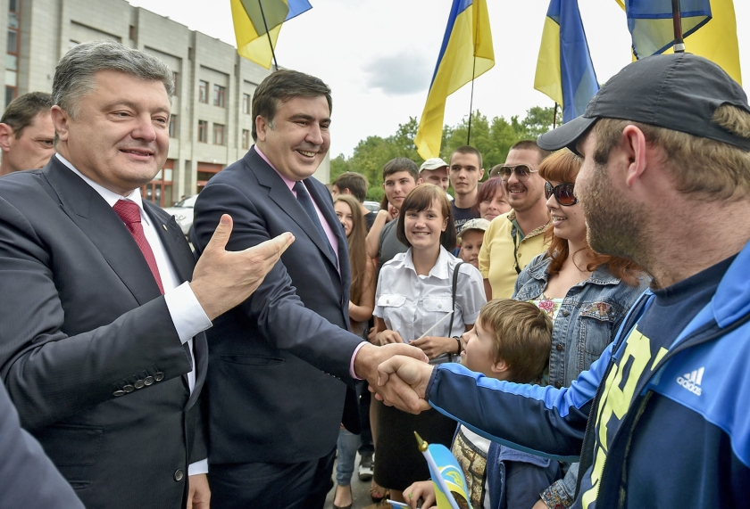 President Petro Porosjenko (l.) en Mikhail Saakasjvili in mei 2015. Saakasjvili was toen net benoemd tot gouverneur van de regio Odessa.  (ap / Mykola Lazarenko)