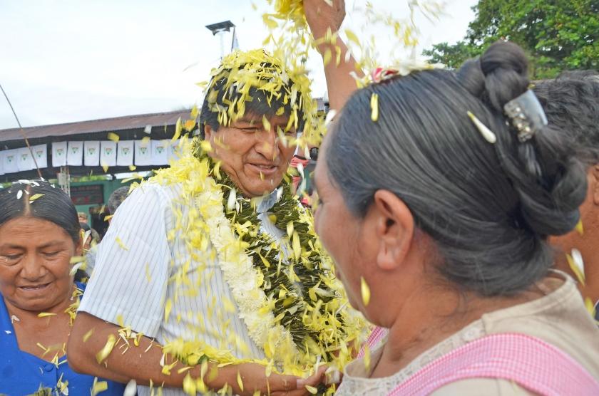 Een cocaboer verwelkomt de Boliviaanse president Evo Morales bij een stembureau in Villa 14 de Septiembre.  (ap / Nicanor Vasquez)