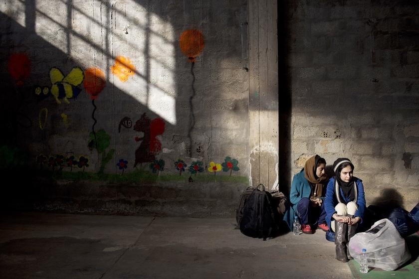 Twee Afghaanse vrouwen in een opvanglocatie voor vluchtelingen in Griekenland.  (ap / Petros Giannakouris)