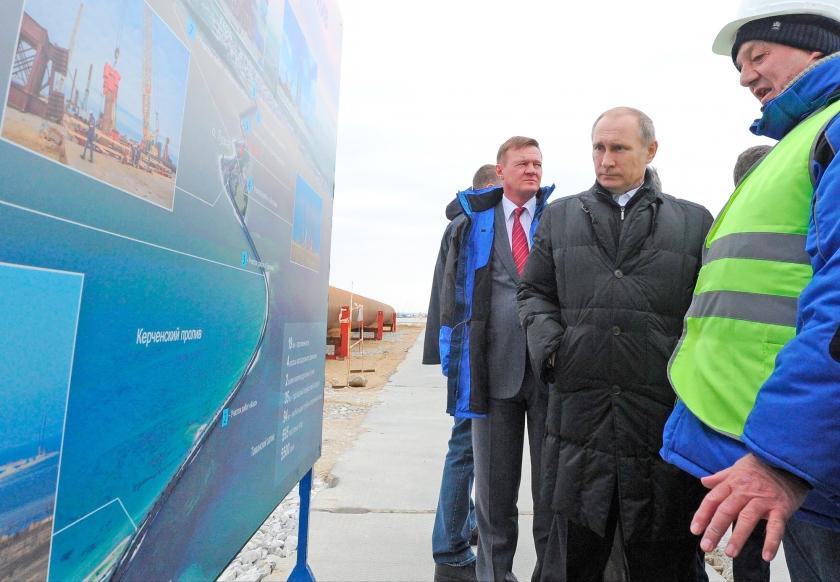 Dit voorjaar inspecteerde Vladimir Putin hoogstpersoonlijk de bouwplaats. De bevolking vertrouwt er op dat zijn megaproject slaagt.  (ap Mikhail Klimentyev / Sputnik, Kremlin Pool)