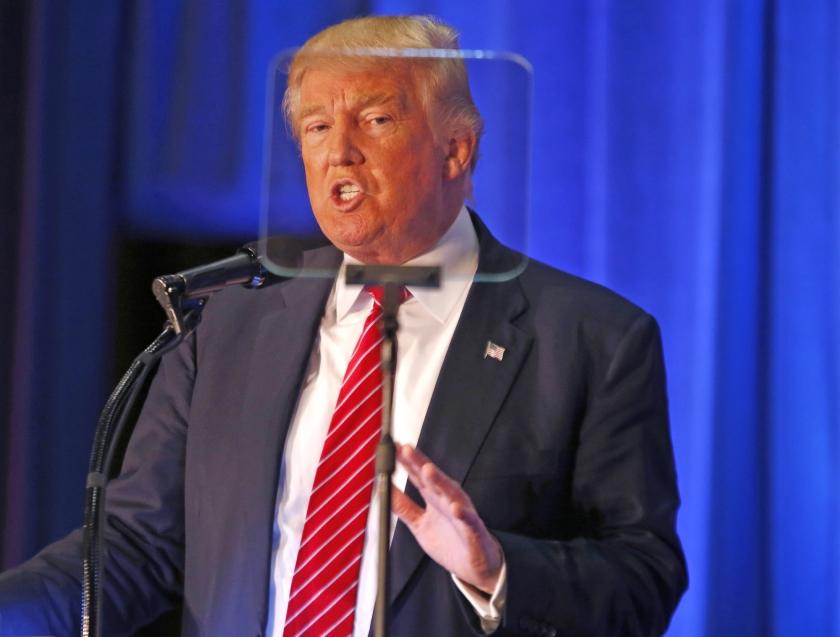 Donald Trump leest tijdens een bijeenkomst in Ohio zijn teksten van een teleprompter. Krasse, geïmproviseerde opmerkingen worden hierdoor vermeden, is het idee.  (ap / Gerald Herbert en Henry Griffin)