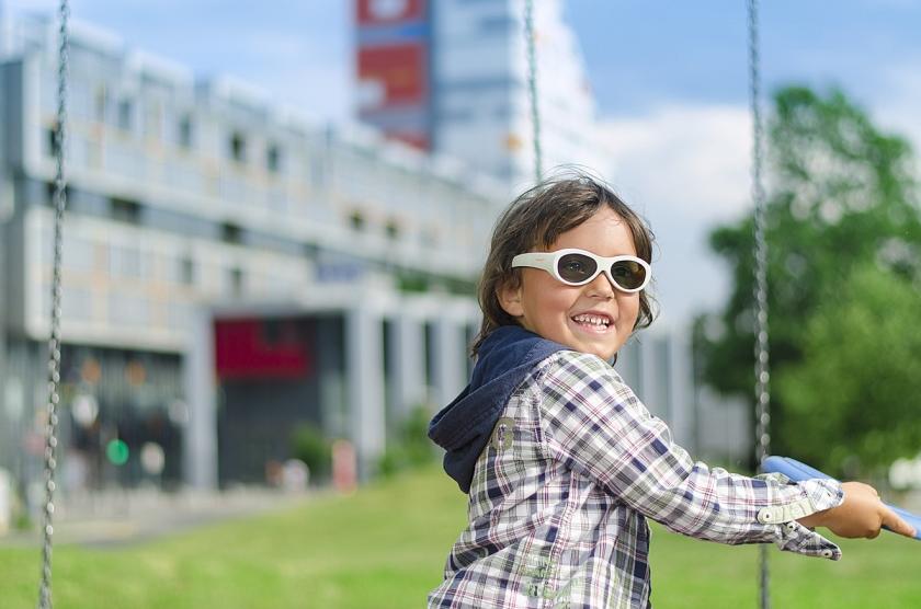 De 'coole' bril laat wel of geen licht door en helpt tegen een lui oog.