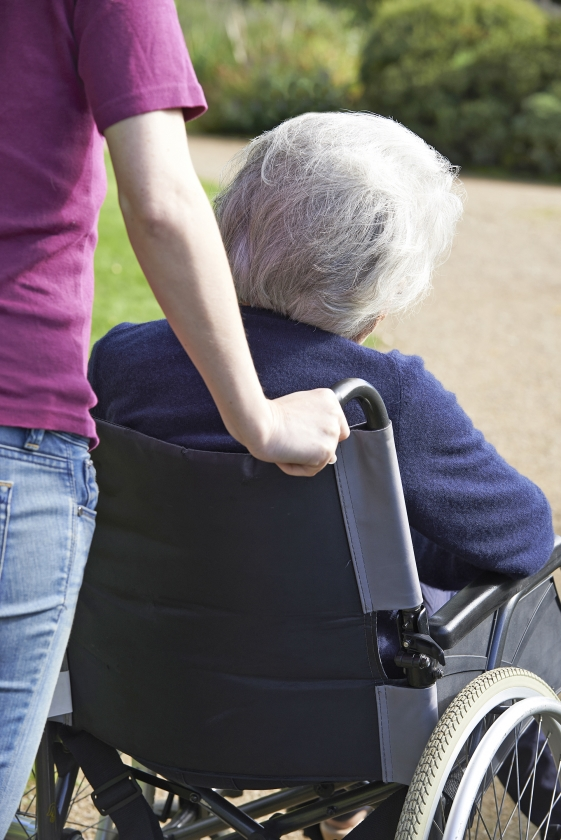 Bij ouderdom zie je iemand achteruitgaan, kwetsbaar worden. Anders dan bij de opvoeding van kinderen zie je geen perspectief in de zorgen om je ouders.   (istock)