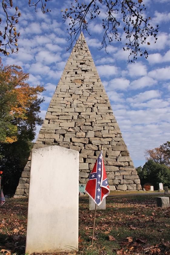 De 27 meter hoge piramide op Hollywood Cemetery is een gedenkteken voor de meer dan 18.000 soldaten van de Confederate Army die hier begraven liggen.   (Riekelt Pasterkamp)