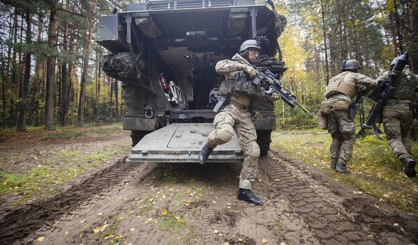 Nederlandse militairen verlaten in Litouwen een Boxer pantserwielvoertuig.  (ministerie van defensie / Evert-Jan Daniëls)