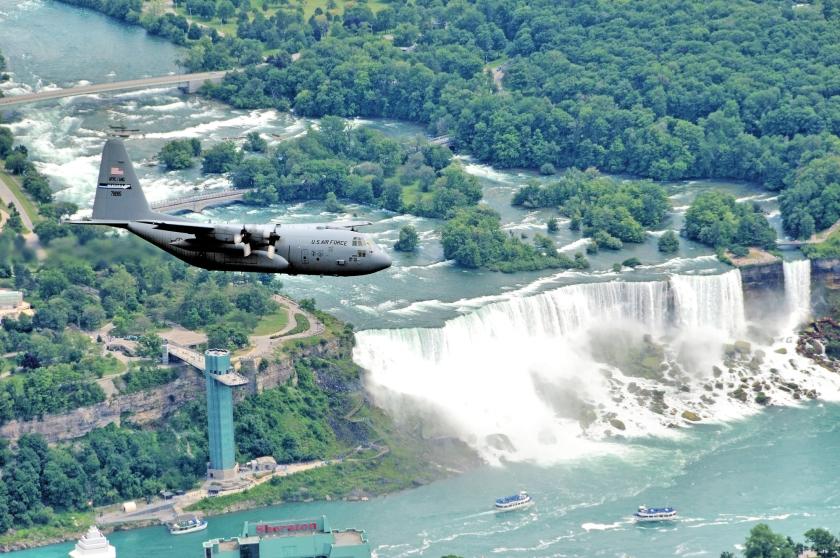 De US Air Force voert een inspectievlucht uit boven de Niagara Falls.  (USGOV-PD)