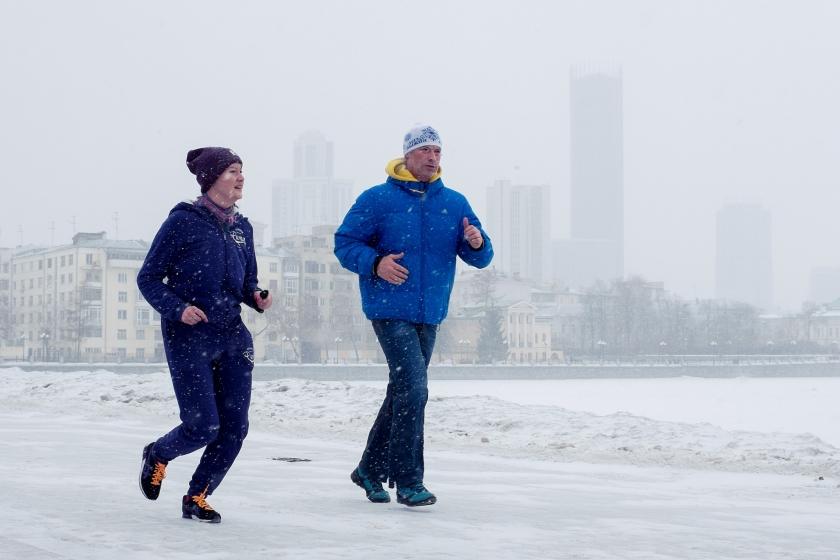 Burgemeester Jevgeni Roizman tijdens het hardlopen met een stadgenote.  (Arthur Bondar)