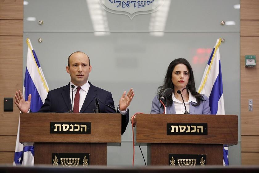 De Israëlische minister van Onderwijs Naftali Bennett (l.) en zijn collega Ayelet Shaked slikken in de Knesset hun ultimatum aan Netanyahu in en maken bekend niet uit het kabinet te zullen stappen.  (epa / Abir Sultan)