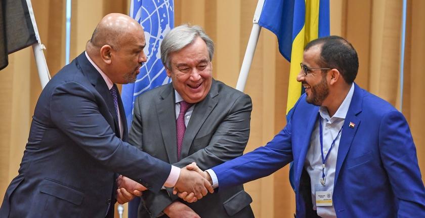 Het kwam tot een handdruk voor de camera's donderdag, tussen Jemens minister van Buitenlandse Zaken Khaled al-Yamani (links) Mohammed Abdelsalam (rechts) namens de Houthi-rebellen. VN-baas Antonio Guterres deed mee.  (afp / Jonathan Näckstrand)