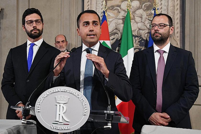 Leider van de Vijfsterrenbeweging, Luigi di Maio (m), staat de pers te woord. Aan zijn zijde staan collega's Stefano Patuanelli (r) en Francesco D'Uva.  (epa / Alessandro di Meo)