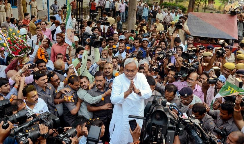 De premier van de Indiase deelstaat Bihar, Nitish Kumar, (m.), beantwoordt vragen van de media na de overwinning van zijn Grote Alliantie in de verkiezingen van zondag.  (ap / Aftab Alam Siddiqui)