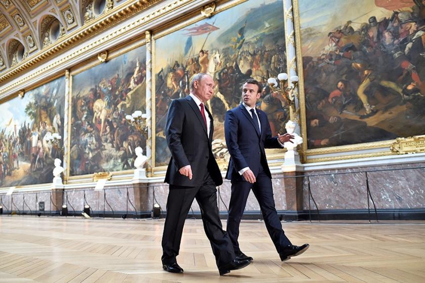Vladimir Putin en Emmanuel Macron in mei 2017 in Parijs, toen de Franse president ook repte van een rode lijn als het gaat om het gebruik van chemische wapens in Syrië.