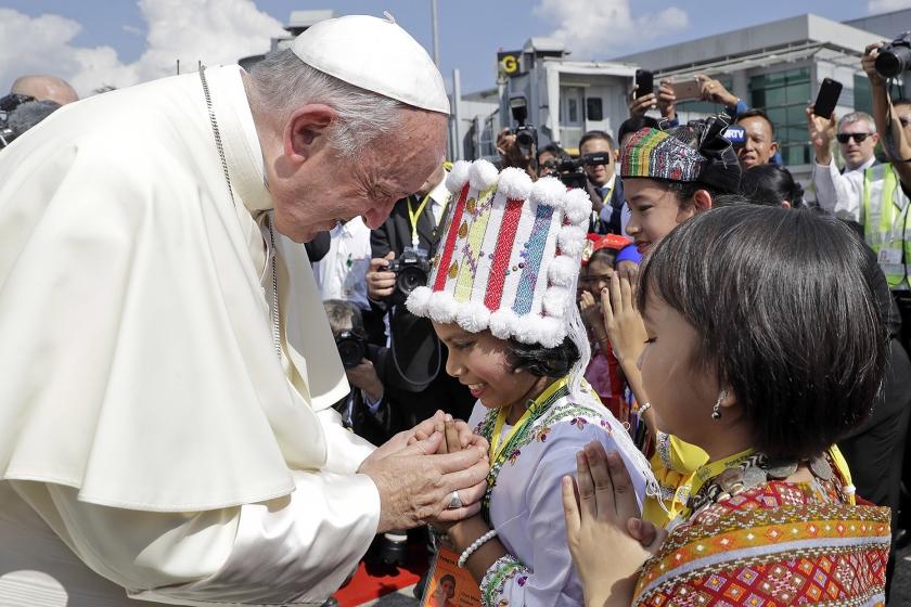 Myanmarese kinderen in traditionele kleding begroeten paus Franciscus bij zijn aankomst op de luchthaven van Yangon. De paus begon maandag aan een vierdaags bezoek aan Myanmar. Daarna reist hij verder naar Bangladesh.  (ap / Andrew Medicini)