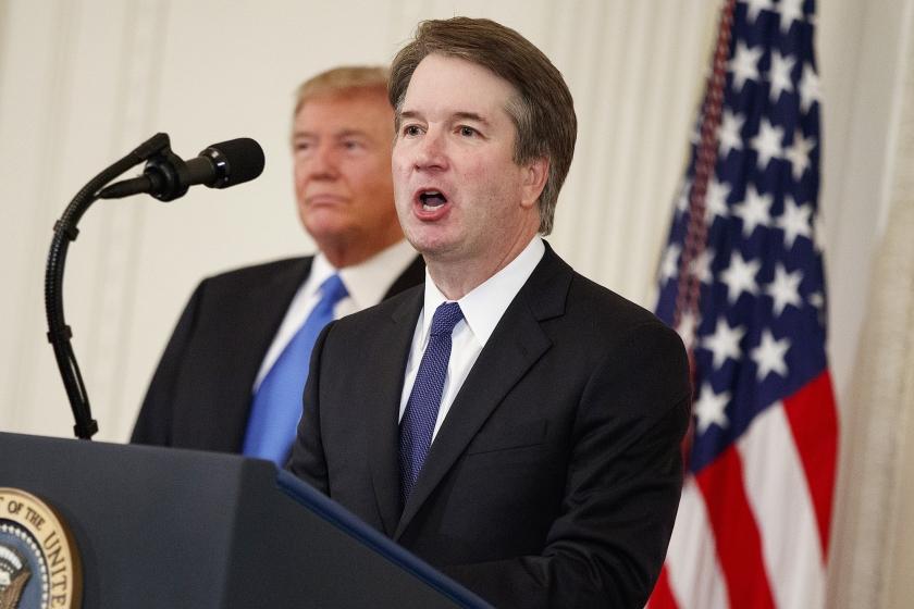 President Donald Trump luistert naar beoogd rechter Brett Kavanaugh in de East Room van het Witte Huis.  (ap / Evan Vucci)