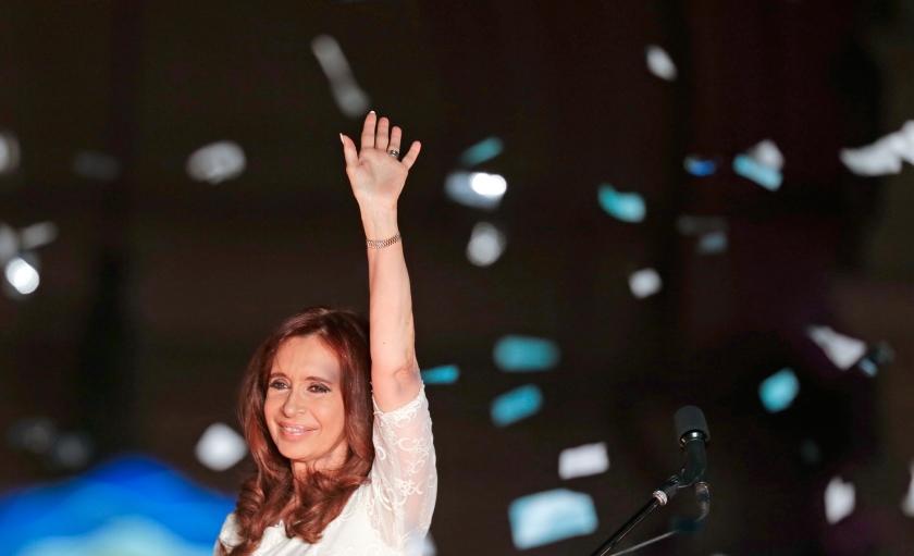 Cristina Fernandez Kirchner zwaait naar aanhangers die naar de Plaza de Mayo in Buenos Aires zijn gekomen om afscheid te nemen van hun president. Kirchner moest woensdagavond het veld ruimen voor Mauricio Macri.  (ap / Maria Natacha Pisarenko)