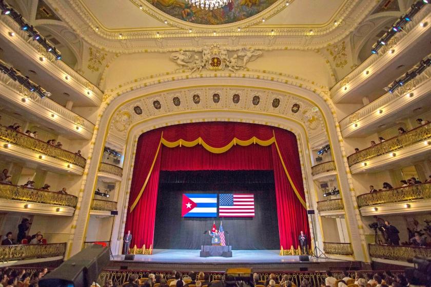De Amerikaanse president zwaait naar het publiek in het Gran Teatro van Havana, voordat hij aan zijn rechtstreeks op tv uitgezonden speech begint.  (ap / Desmond Boyland)