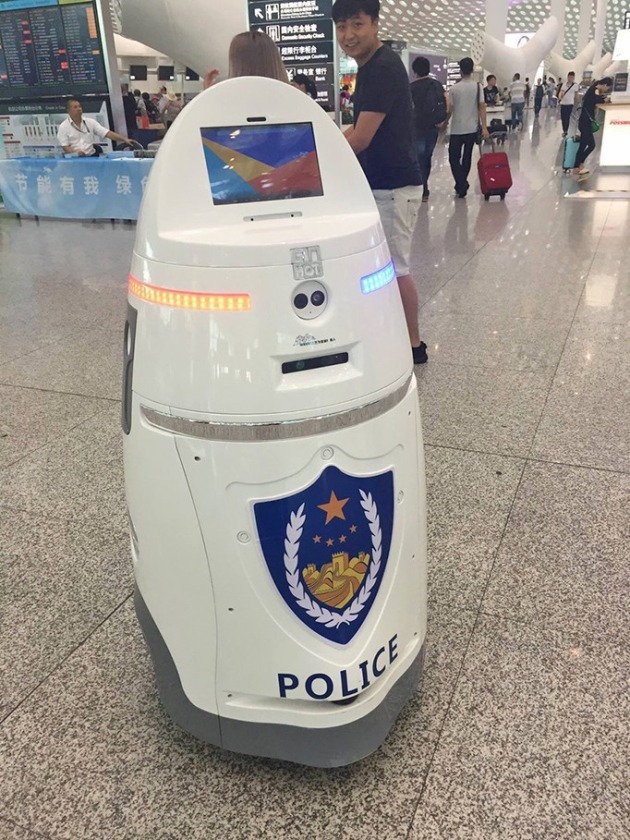 Een politierobot op het treinstation van Shenzhen.   (twitter / Joern Leogrande)