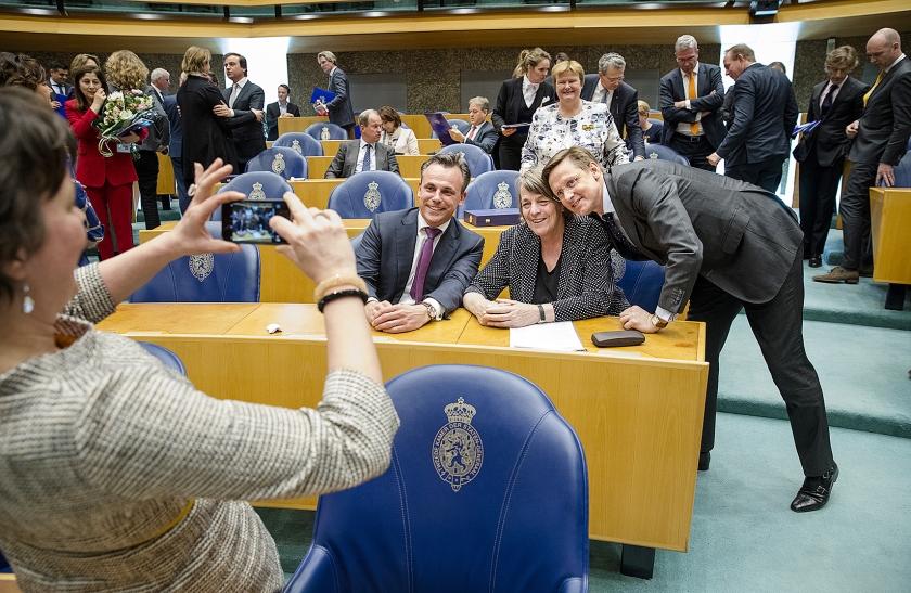 Het afscheid van leden van de Tweede Kamer afgelopen woensdag. Van links naar rechts: Marc Harbers (VVD), Helma Nepperus (VVD) en Han ten Broeke (VVD) worden op de foto gezet.  (anp / Bart Maat)