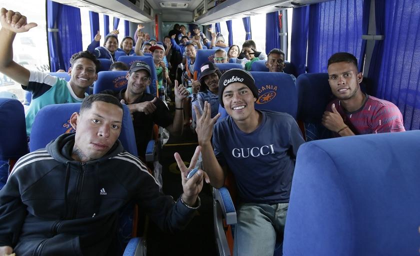 Jonge Venezolanen op de grens met Ecuador. Ze zijn hun land ontvlucht vanwege de armoede en de uitzichtloosheid om er een bestaan op te bouwen.  (ap / Dolores Ochoa)
