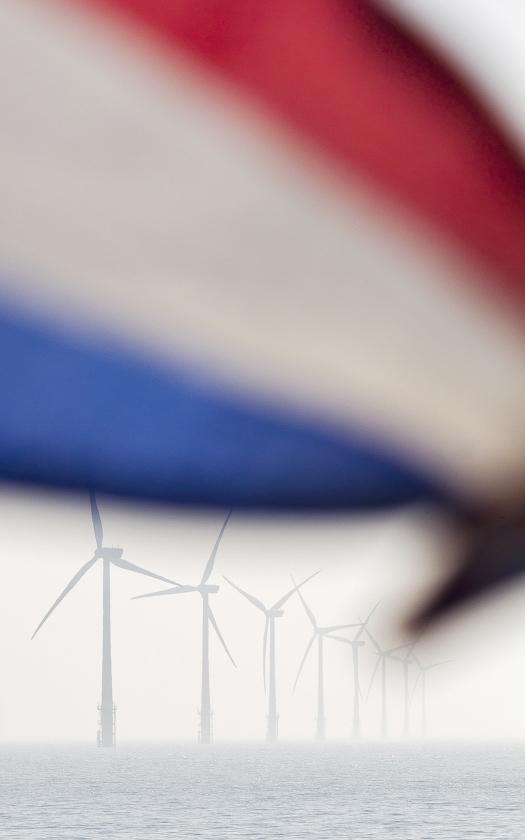 Windturbines bij Egmond aan Zee: het eerste grote windpark dat in de Noordzee voor de Nederlandse kust is gebouwd.   (anp / Koen Suyk)