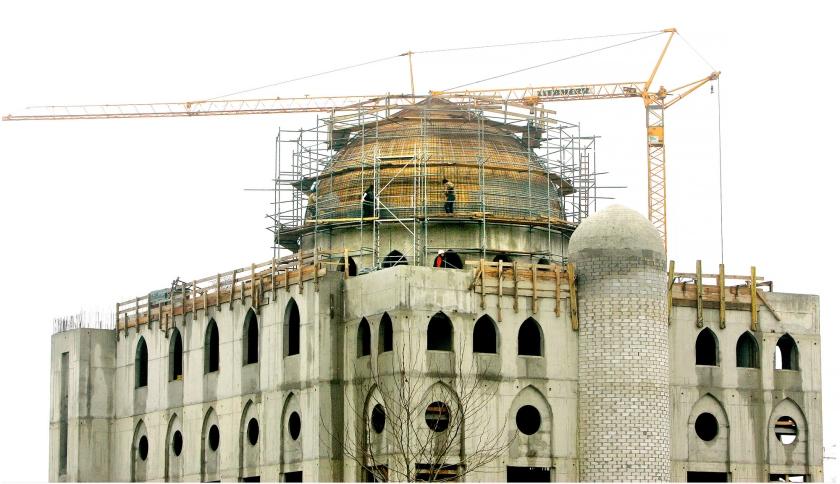 Christelijke politiek is: de uitbreiding van een moskee betreuren zonder je daar al te veel zorgen over te maken.  Op de foto: de bouw van de inmiddels gerealiseerde Essalammoskee in Rotterdam-Zuid.  (anp / Robin Utrecht)