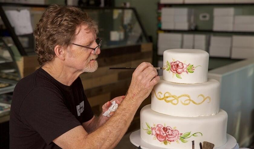 Zelfs een bruidstaart kan aanleiding zijn voor een conflict tussen homo's en hetero's. Op de foto: de Amerikaanse bakker Jack Phillips, die geen 'gay wedding cake' wilde maken; wat tot een juridische strijd leidde.  (afp / Bruce Ellefson)