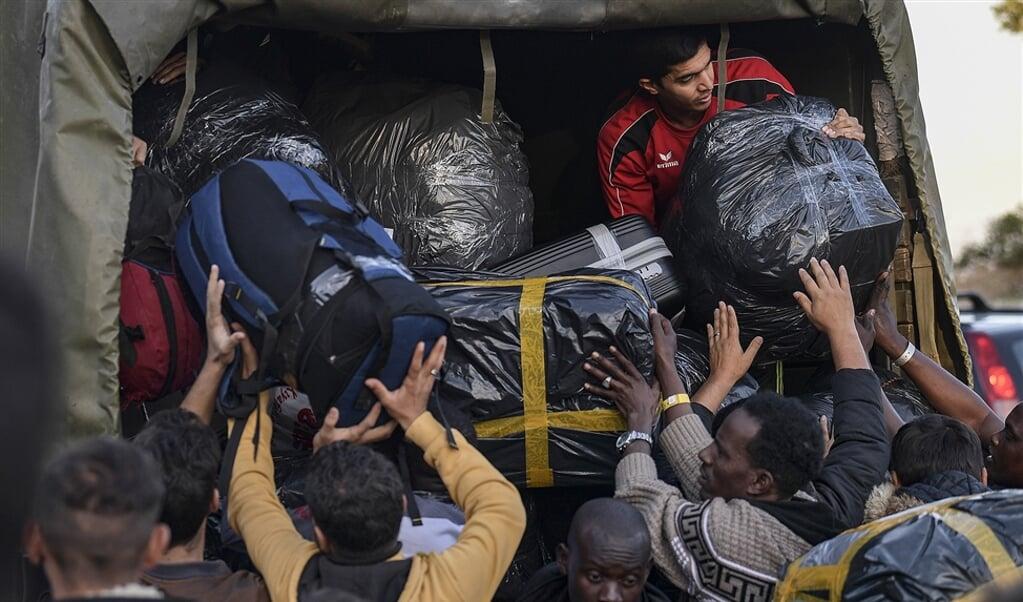 De Griekse regering ziet in dat de situatie in vluchtelingenkampen als Moria op Lesbos onhoudbaar is. Daarom worden kampbewoners op grote schaal naar het vasteland gebracht, zoals de foto laat zien.  (afp / Aris Messinis)