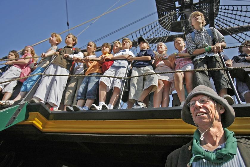Ze moeten weten dat de Gouden Eeuw niet de vorige eeuw was, maar de zeventiende ... Op de foto: scholieren op de replica van het VOC-schip de Amsterdam, bij het Nederlands Scheepvaartmuseum.  (anp / Cynthia Boll)